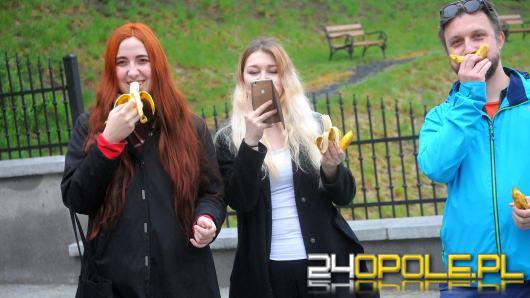 Flash Mob przeciw cenzurze w sztuce. Grupa Opolan jadła banany przed Muzeum Śląska Opolskiego