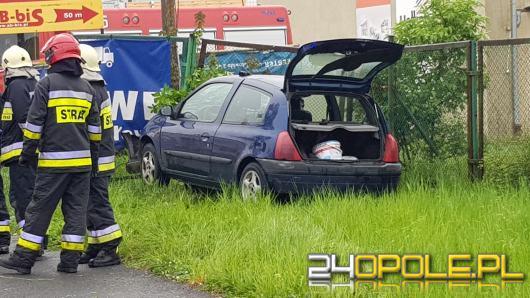 Ulica Światowida: Auto wypadło z drogi i uderzyło w ogrodzenie