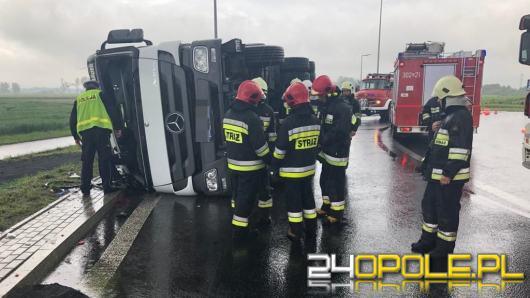 Samochód ciężarowy przewrócił się na rondzie w Opolu-Wrzoskach