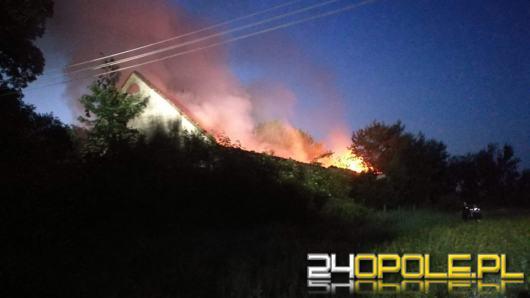 Strażacy 8 godzin walczyli z pożarem stodoły w gminie Lubsza