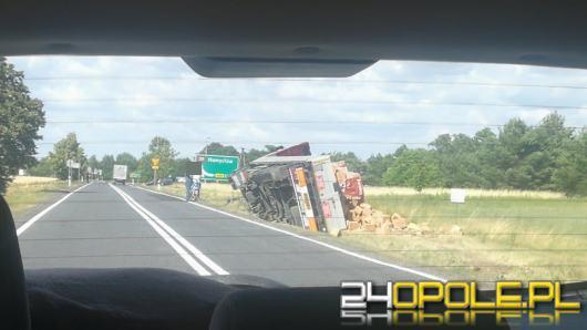 Samochód ciężarowy wypadł z drogi na łuku jezdni