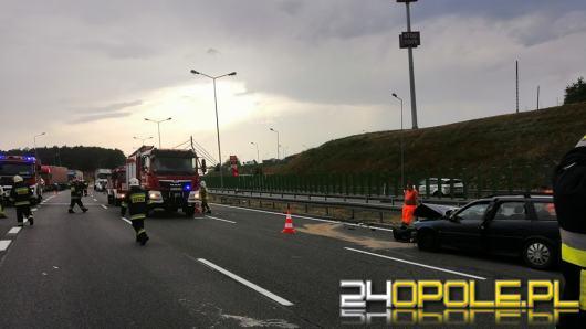 Autostrada A4 w korku. Samochód ciężarowy uderzył w osobówkę