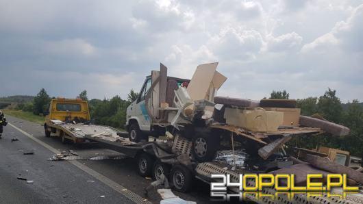 Samochód ciężarowy wjechał w lawetę z kamperem. Zablokowany odcinek A4 w kierunku Katowic