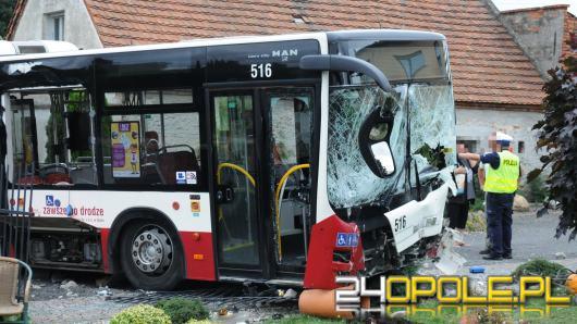Autobus MZK staranował ogrodzenie i zatrzymał się na posesji