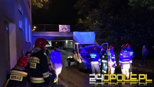 21-latek wjechał pod most na Bończyka autem dostawczym