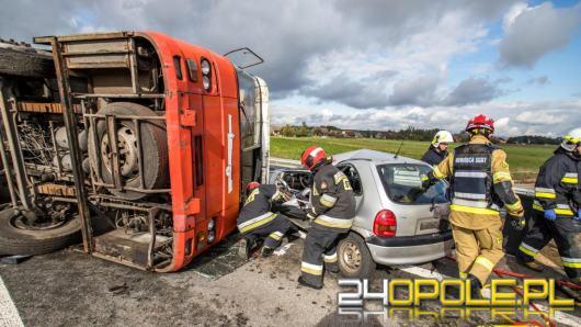Wypadek z udziałem autobusu i trzech samochodów osobowych w ciągu drogi krajowej nr 46