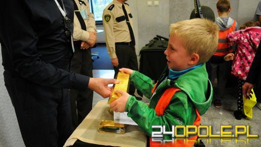 """W opolskim oddziale NBP można dotknąć sztabki złota i wziąć na pamiątkę """"garść"""" pieniędzy"""