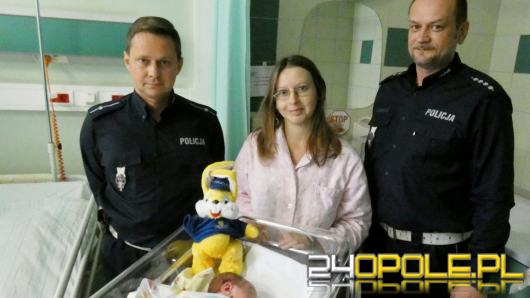 Policjanci eskortowali samochód z rodzącą kobietą