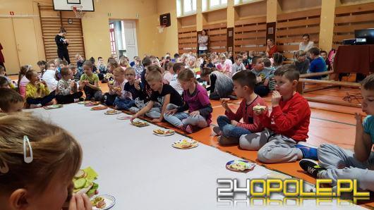 Dzieci wspólnie przygotowały i zjadły śniadanie, bo...daje moc!