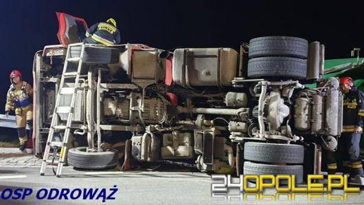 Ciężarówka z cementem przewróciła się na rondzie w Choruli