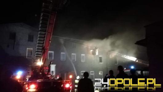 11 zastępów straży walczy z pożarem budynku w powiecie nyskim. Jedna osoba nie żyje