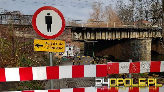 Od 2 lat mieszkańcy Pasieki nadrabiają kilometry, bo kładka jest niebezpieczna!