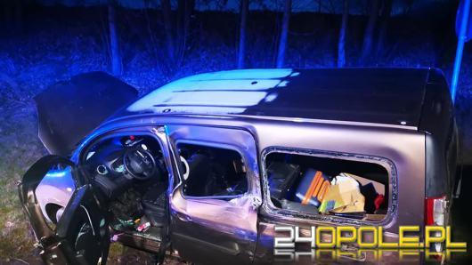 Samochód uderzył w ciężarówkę i wypadł z drogi