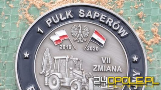 Żołnierze z 1. Pułku Saperów w Brzegu przekazują wyjątkową monetę na aukcję WOŚP