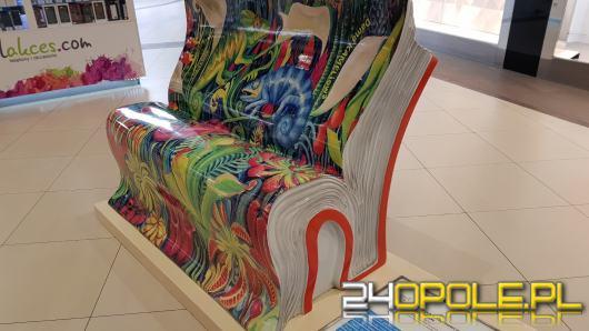 Wyjątkowe ławki pojawiły się w galerii handlowej. Mają zachęcić do czytania