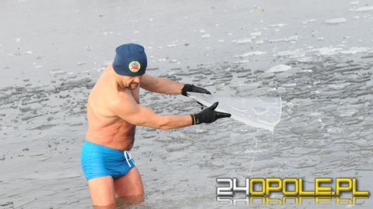 Musieli skuwać lód by wejść do wody...i na to czekali!