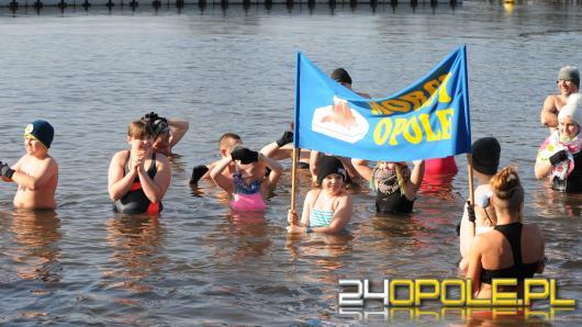 Opolscy uczniowie rozpoczęli ferie zimowe wspólnym wejściem do wody