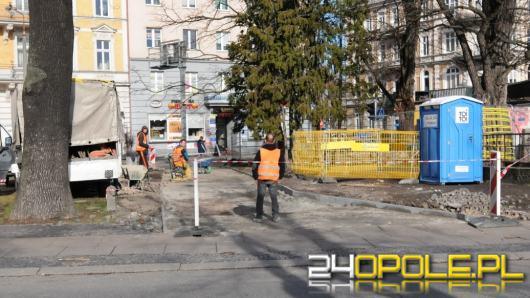 Ekipa budowlana rozpoczęła układanie chodnika na kłopotliwym skwerze