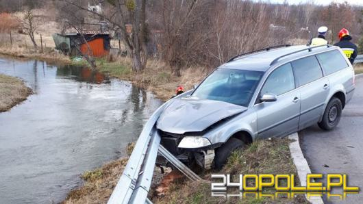Samochód wypadł z drogi i uderzył w bariery energochłonne