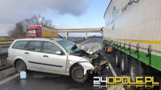 """Wypadek na A4. Samochód ciężarowy """"zdmuchnął"""" auto dostawcze przewożące basen"""