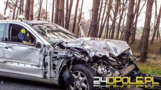 Zderzenie mercedesa i samochodu ciężarowego na trasie Opole-Brzeg