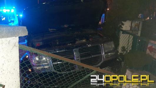 Nietrzeźwy kierowca staranował zaparkowane auta