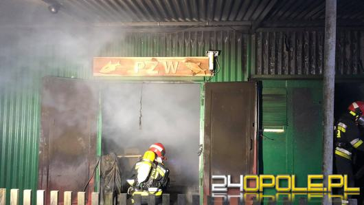 Strażacy walczyli z ogniem budynku gospodarczego PZW w Zawadzkiem