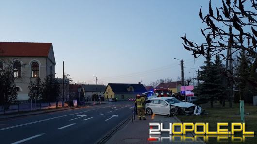 BMW wypadło z drogi i uderzyło w betonowy płot. Dużo szczęścia miał kierowca...