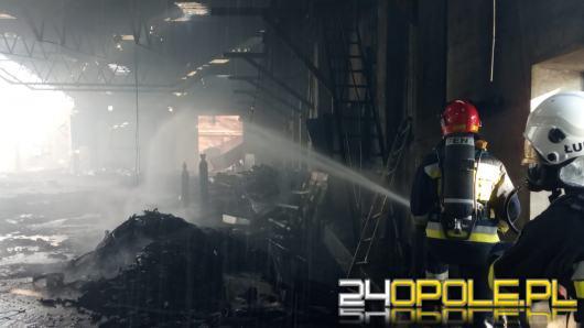 Ponad 20 zastępów straży pożarnej gasi pożar w hali produkcyjnej w Pawłowiczkach