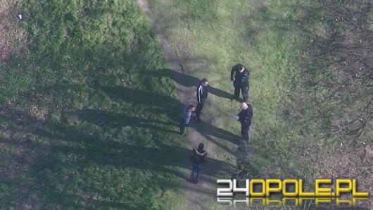 Policjanci egzekwują przepisy związane z epidemią