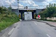 Kierujący kamperem nie zmieścił się pod wiaduktem na Krapkowickiej - 20210726143246_214411449_148865n_0.jpg