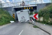 Kierujący kamperem nie zmieścił się pod wiaduktem na Krapkowickiej - 20210726143247_220599289_1253893n_10.jpg