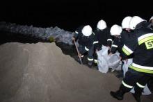Dzięki sprawnej i wytrwałej pracy strażaków udało się uratować wiele gospodarstw.<br><i>(fot: Fazi / 24opole.pl)</i>
