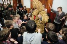 Niedźwiedź z wizytą w opolskich szkołach