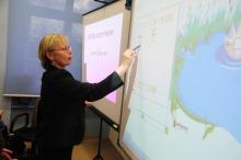 Nowoczesne technologie sprawiają nauczycielom odrobinę trudności. - Cały czas się uczymy nowego sprzętu - zapewnia Ewa Jakubowska, matematyczka.