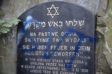 Zniszczona została także tablica pamiątkowa przy ul. Barlickiego.