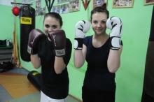 Słaba płeć? Kobiety też potrafią uderzyć i chętnie trenują pod okiem doświadczonego zawodnika. Na zdjęciu Iga i Ewelina - zawodniczki Red Corner Opole.<i>(Fot: Dżacheć)</i>