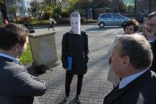Młody mężczyzna w masce Arkadiusza Wiśniewskiego chciał przyłączyć się do konferencji SP.<i>(Fot: Dżacheć)</i>