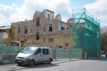 Trwa rozbiórka kamienicy na rogu ul. Katowickiej i 1 Maja