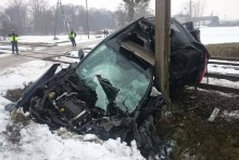 O krok od tragedii. Wjechał autem wprost pod lokomotywę.