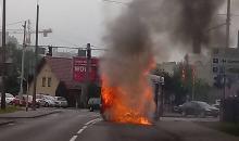 Pożar autobusu MZK na ulicy Tysiąclecia. Skrzyżowanie Częstochowska - Tysiąclecia zablokowane