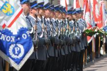 Policjanci przemaszerowali na rynek z okazji swojego święta