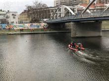 Akcja ratunkowa na Odrze w Opolu, z rzeki wyciągnięto człowieka