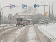 Opady śniegu sparaliżowały ruch drogowy. Muszą uważać także piesi