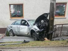 Chróścina: Audi uderzyło w słup, z auta wypadł silnik