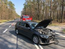 Kierowca chciał zawrócić na podwójnej ciągłej. Uderzył w Renault