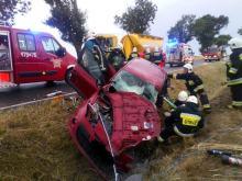 Czołowe zderzenie Renault i ciężarówki w gminie Olesno. Nie żyje 49-letnia kobieta