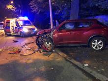 Kierująca nissanem 19-latka zderzyła się z busem i z drzewem