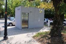 Toaleta miejska przy moście na Bolko posiada już cennik. Nadal jednak nie można z niej skorzystać