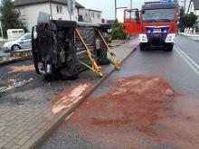 Samochód osobowy wypadł z drogi i dachował na chodniku w Dobrej